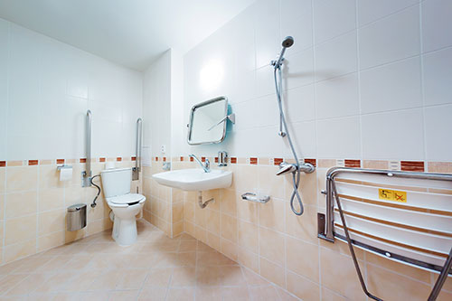Cuarto de baño adaptado en la reforma de una vivienda para personas con discapacidad.