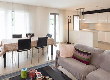 Reforma de un piso con cocina abierta al salón-comedor.