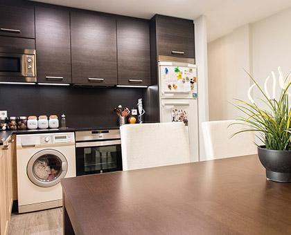 La reforma de un piso con cocina abierta al salón hecha por Kubo.