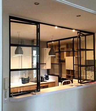 Las vidrieras con perfil metalizado para separar cocina y salón: una idea de moda.