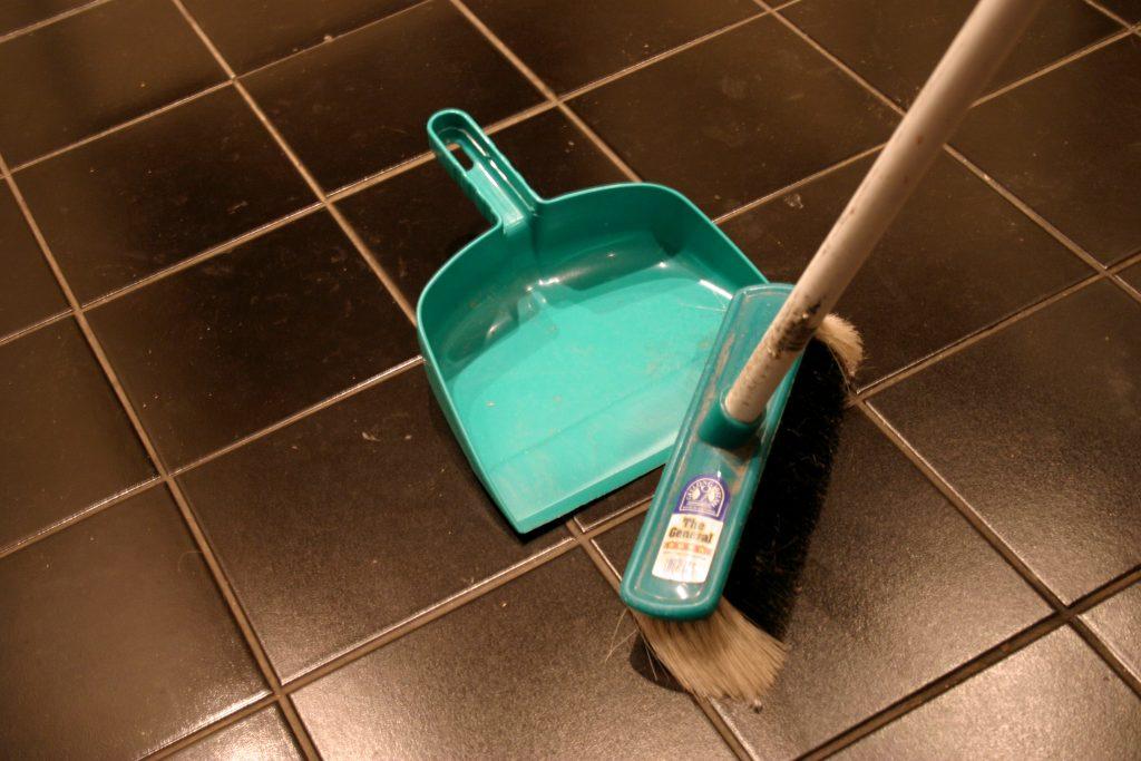 El presupuesto de reforma incluye una partida de limpieza al finalizar la reforma integral de una vivienda.