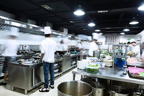 La reforma de locales para restaurantes necesita un proyecto previo que contemple los flujos de trabajo entre cocina y sala.