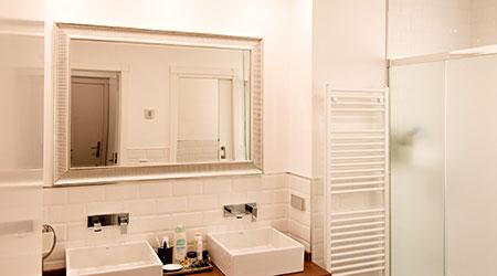 Reforma integral en Madrid con redistribución del espacio y puesta al día de cuarto de baño.