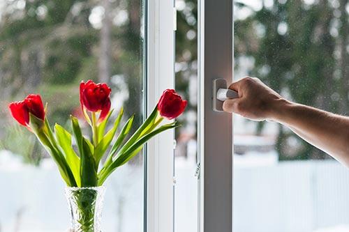 Las ventanas oscilobatientes son la mejor opción en la reforma integral de un piso en Madrid.