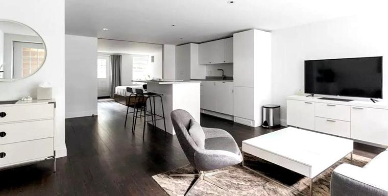 Al reformar un piso oscuro, eliminar tabiques es una tarea fundamental para que la luz natural que entre llegue a todos los rincones de la casa.