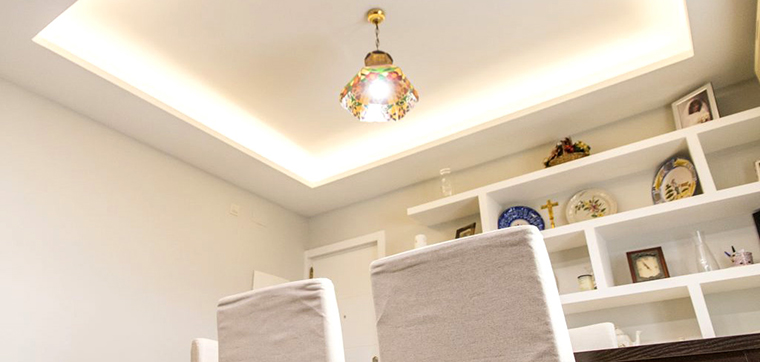 Al reformar un piso oscuro, conviene estudiar bien la iluminación: la luz perimetral es una de las mejores ideas para que la casa parezca más clara.